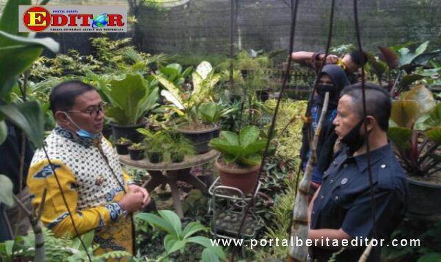 Wako Ramlan saat berdialog dengan pedagang bunga.