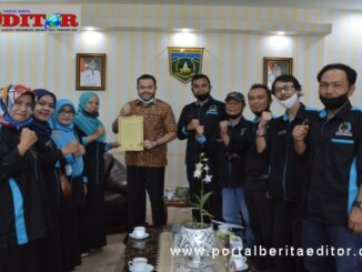 Walikota Padang Panjang, Fadly Amran foto bersama Lurah dan LPM Kelurahan Pasar Usang.