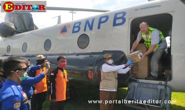BNPB serahkan bantuan logistik bencana kepada Bupati Irfenfi Arbi.