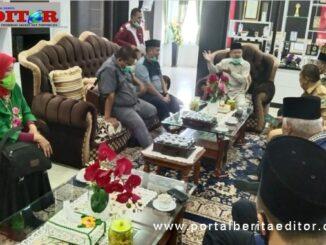Dra. Zusneli Zubir, M.Hum dan Efrianto, SS, sedang diskusi bersama Drs. H. Ali Mukhni, Bupati Padang Pariaman.