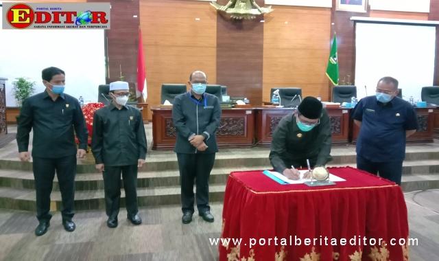 Gubernur Sumbar Irwan Prayitno saat menandatangani Nota Kesepakatan Ranperda