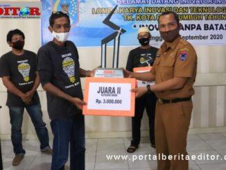 Kepala Bappeda Payakumbuh menyerahkan hadiah lomba inovasi tekhnologi tepat guna kepada juara.