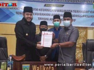 Ketua DPRD Mardiansyah al menerima nota RAPBD-P 2020 dari Walikota Padang Panjang, Fadly Amran.