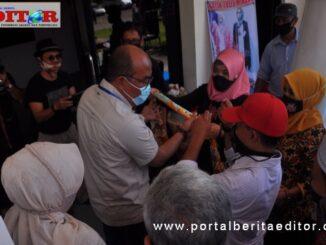 Ketua DPRD Sumbar, Supardi saat melihat salah satu hasil seni kriya batik.