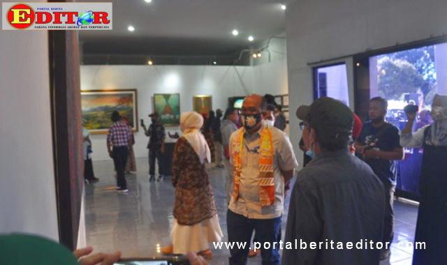 Ketua DPRD Sumbar, Supardi saat mengunjungi pameran.