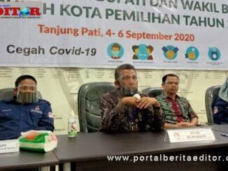 Ketua KPU Limapuluh Kata Masnijon didampingi Komusioner memberikan keterangan Pers kepada awak media, usai proses pendaftaran Bapaslon Bupati-Wakil Bupati.