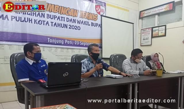 Ketua KPU didampingi Komisioner lainnya memberikan keterangan pers.