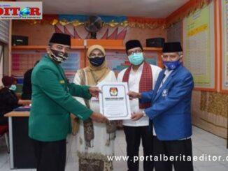 Ketua PAN Irmam.M.Si dan Ketua PPP menyerahkan berkas pendaftaran kepada Pasangan Betty Sadiq Pasadigue dan Edytiawarman.