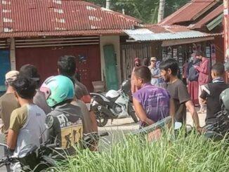 Masyarakat menyaksikan olah TKP pembunuhan Nenek Ramunas.