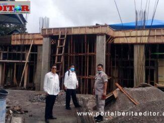 Osman, Zulkifli dan Zulheri, panitia pembangunan sedang meninjau pembangunan Masjid SMAN-1 Padang Panjang.