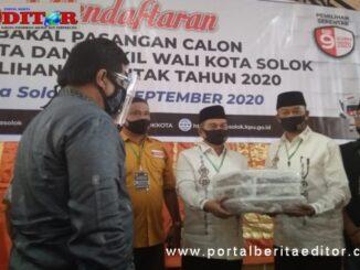Pasangan bakal calon wali kota dan wakil wali kota Solok Ismail Koto - Edi Candra saat mendaftar di KPU Kota Solok.