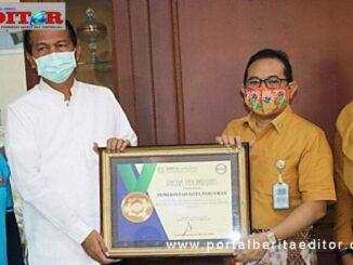 Piagam penghargaan yang diterima Pemko Pariaman.