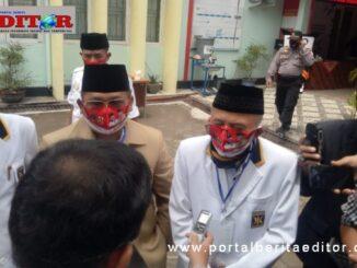 Refizal dan Happy Neldi saat mendaftar ke KPU Padang Pariaman.