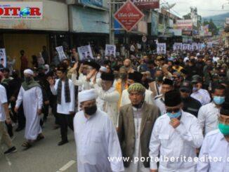 Rombongan bapaslon Erman Safar - Marfendi menuju kantor KPU untuk mendaftar.