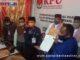 Suhatri Bur-Rahmang dapat tanda terima dari Berkas KPU Padang Pariaman.