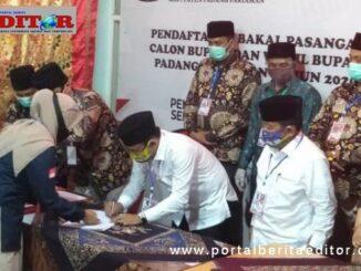 Tri Suryadi saat mendaftar ke KPU Padang Pariaman.