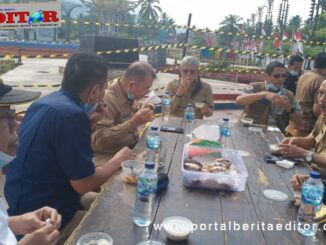 Wagub Nasrul Abit bersama rombongan di pasar kuliner Logas, Muaro Sijunjung.