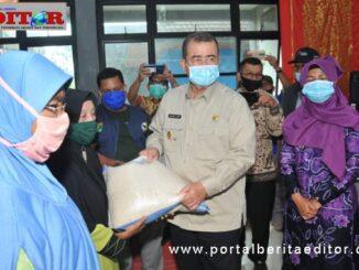 Wagub Nasrul Abit saat menyerahkan bantuan masker dan APD.