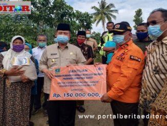 Wagub Nasrul abit menyerahkan bantuan untuk korban banjir di Ujung Gading.