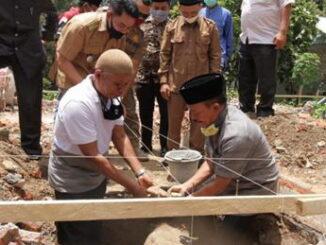 Wakil Bupati Zuldafri Darma sedang meletakkan batu pertama pembangunan gedung serba guna.