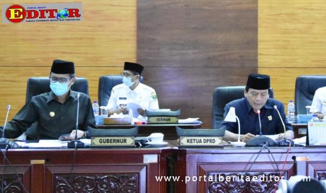 Wakil Ketua DPRD Sumbar Suwirpen Suib saat memimpin rapat Paripurna