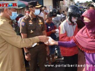 Wako Gemius Umar saat membagikan masker.masker