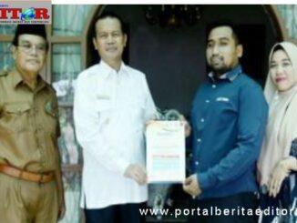 Wako Genius Umar saat menyerahkan sertifikat konseling.