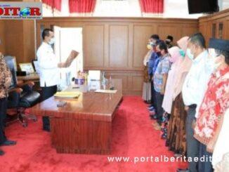 Wako Pariaman Lsaat melantik 11 Pejabat Pengawas di Pemko Pariaman.