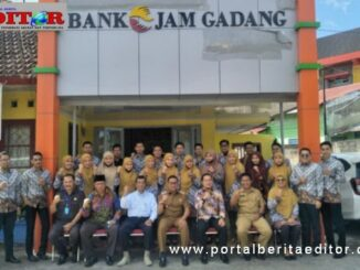 Wako Ramlan Nurmatias bersama pengelola BPR Jam Gadang.