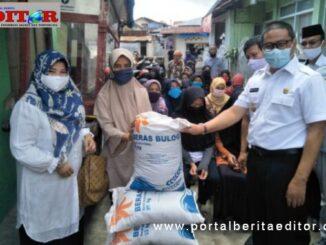 Wako Ramlan menyerahkan beras untuk 1.321 KK KPM PKH di Bukittinggi.