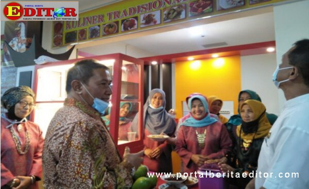 Wako Ramlan saat meninjau kuliner rang Kurai di pasa ateh Bukittinggi.
