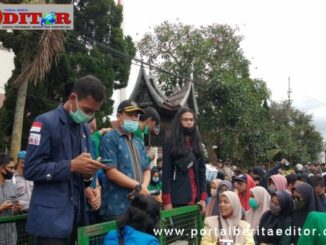 Aksi demontrasi Aliansi Mahasiswa Paliko di gedung DPRD Kota Payakumbuh.