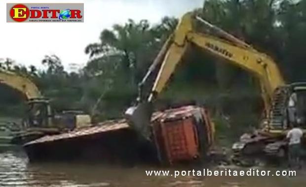Alat berat saat melakukan penambangan galian C di sungai Batang Timah.