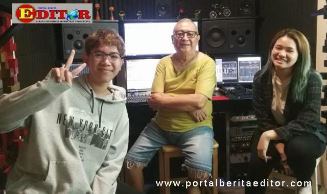 Chossy Pratama saat recording vocal Alex dan Bea di studio Promidi Audio Indonesia.