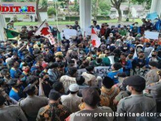 Demo mahasiswa di DPRD Tanah Datar.