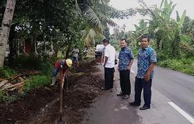 Direktur PDAM Aminuddin mengawasi pemasangan sambungan baru pipa PDAM ke rumah warga.