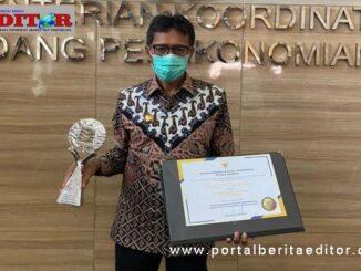 Gubernur Irwan Prayitno dengan piala dan piagam penghargaan TPID Terbaik se Indonesia.