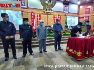 Gubernur Sumatera Barat Irwan Prayitno saat menandatangani nota kesepakatan Ranperda APBD Perubahan Tahun 2020