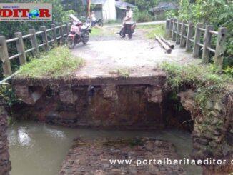 Jembatan yang putus akibat hujan lebat dan banjir.