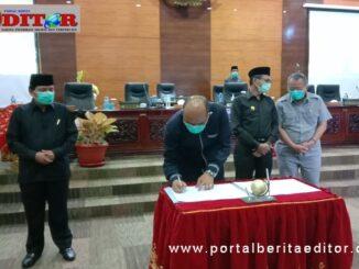 Ketua DPRD Sumbar Supradi saat menandatangani nota kesepakatan KUA PPAS Tahun 2021.