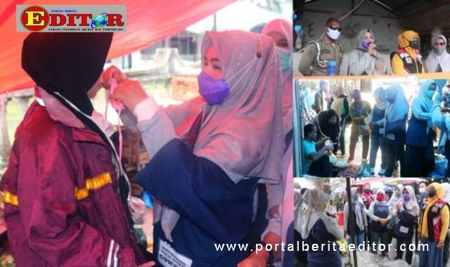 Ketua GOW Kota Pariaman, Indriati Mardison membagikan 1.000 masker ke Pasar Pariaman.