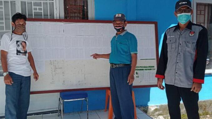 Ketua Panwaslu Kecamatan Sipora Utara Arwizul (di tengah), Ketua PPS Desa Goisoinan Edi Paul (sebelah kanan), Pengawas Pemilu Desa Goisoinan, Charles .