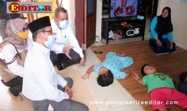 Mardison Mahyuddin saat menjambangi warganya yang berpenyakit rapuh tulang.