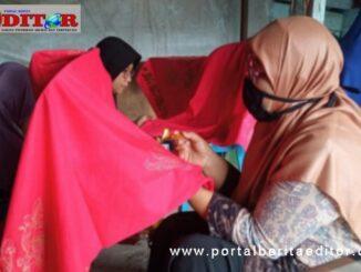 Para IRT warga Silaing Atas saat pelatihan keterampilan membuat batik.