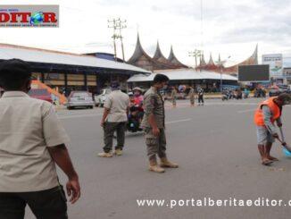 Pelanggar Perda AKB di Payakumbuh memilih sanksi kerja sosial.
