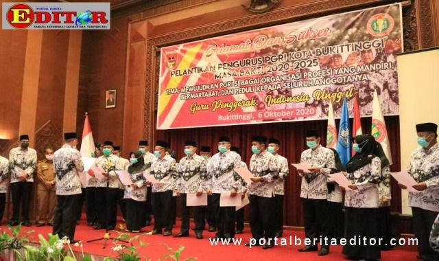 Pelantikan pengurus PGRI Bukittinggi dan penyerahan pataka PGRI kepada pengurus baru.