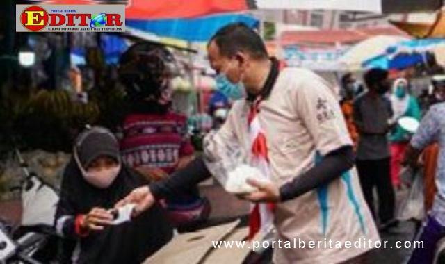 Pembagian masker dalam memperingati Hari Sumpah Pemuda di Pariaman.