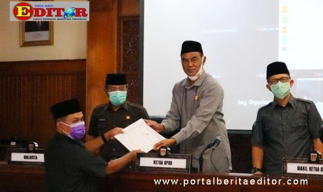 Penyerahan jawaban terhadap pandangan umum fraksi-fraksi di DPRD Bukittinggi.