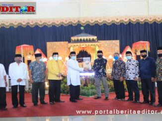 Penyerahan piala oleh ketua LPTQ Kota Payakumbuh kepada Camat Latina yang menjadi juara umum pada MTQ Nasional tingkat Kota Payakumbuh ke 39.