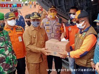 Penyerahan simbolis bantuan kemanusiaan kepada Wakil bupati kepulauan Mentawai.